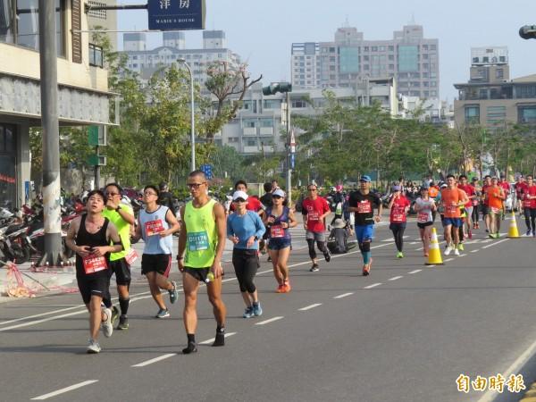 議員陳怡珍要求市府針對路跑的空污應變提出預警防範辦法。圖為今年市府舉辦的古都國際馬拉松。(資料照,記者蔡文居攝)