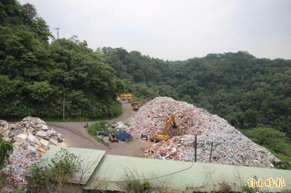 新竹縣政府環保局已經提出「垃圾機械全分選打包作業」計畫,爭取經費把目前暫置的2萬公噸垃圾全數打包,藉此減少臭氣逸散也減少廢水的滲流出。(記者黃美珠攝)