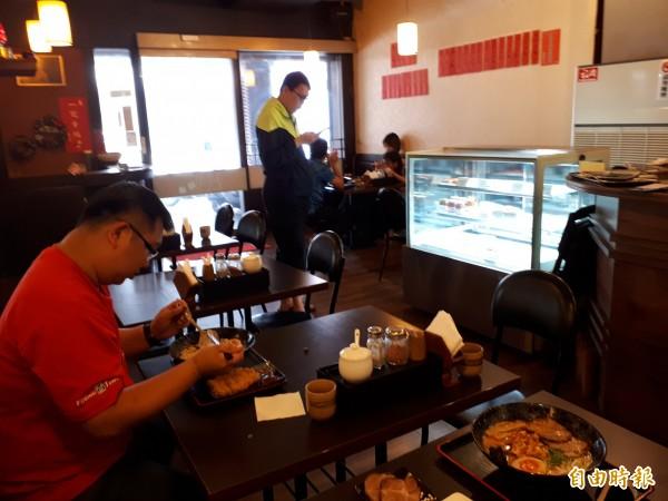 不用去日本吃拉麵,新竹市「夏川拉麵」,讓人吃得到拉麵的日本口感和美味。(記者洪美秀攝)