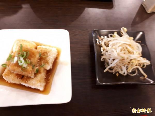店內的人氣小菜,炸豆腐和涼拌綠豆芽,讓人一口接一口。(記者洪美秀攝)
