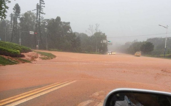 金門雷雨交加,整地中的青年住宅重劃區往機場路面,一片紅土泥漿。(圖由許姓讀者提供)