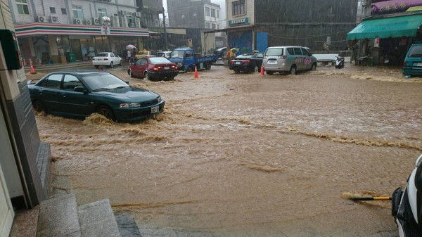 小金門東林街旁空地也有不少黃色泥漿積水。(圖由讀者提供)