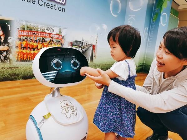 高雄監理所推出Zenbo機器人,吸引民眾目光。(記者陳文嬋翻攝)