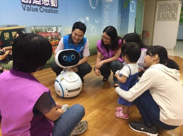 高雄監理所推出Zenbo機器人,與民眾互動。(記者陳文嬋翻攝)