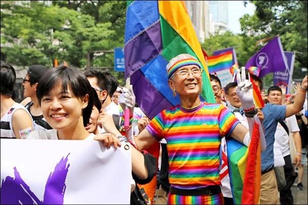 台灣婚姻平權釋憲當事人祁家威(掌旗者)昨也參與東京彩虹遊行活動。(伴侶盟提供)