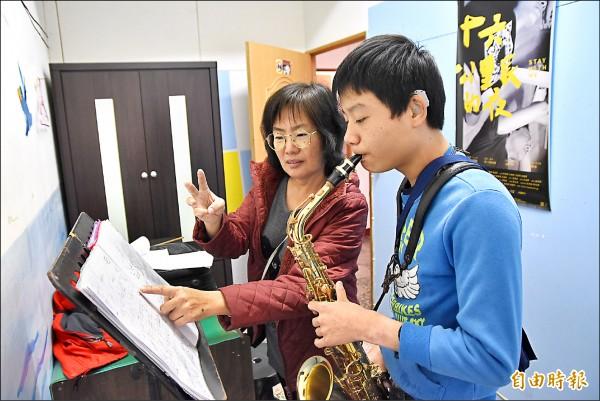 吳江明努力教導學生,令人感佩。(記者黃淑莉攝)