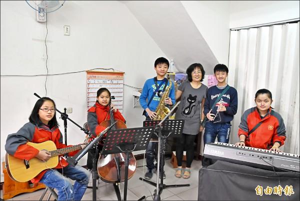 特教師吳江明(右3)成立「折翼天使樂團」,開啟聽障、視障孩子的彩色人生。(記者黃淑莉攝)