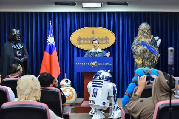 5月4日百餘名星戰迷cosplay裝扮成電影中的造型齊聚總統府,副總統陳建仁(中)出面接待時透露,一度想扮黑武士。(圖為總統府提供)