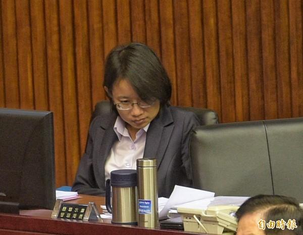 台北農產運銷公司總經理吳音寧7日到市議會備詢,坐在備詢席被台北市議員徐弘庭批評「又壞又笨」,臉色鐵青。(記者張嘉明攝)