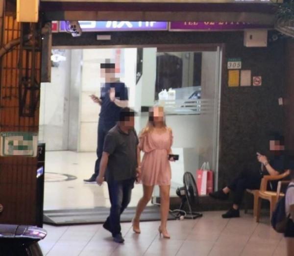 男網友表示,交往4年的女友竟然背著他亂來偷吃,對象竟是教授級名醫。(圖擷自臉書「爆料公社」)