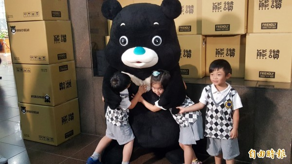 小朋友擁抱熊讚。(記者楊心慧攝)