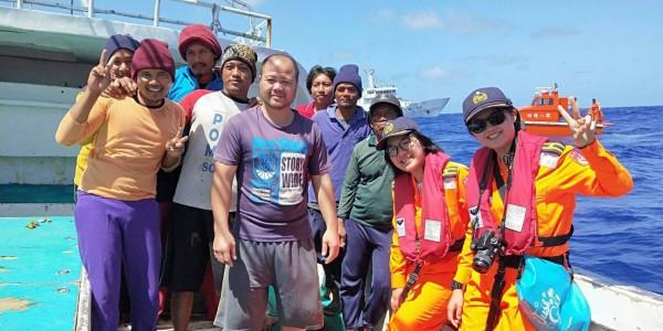 葉亭均(右一)、余婷婷(右一)首次加入護漁長征。(記者洪臣宏翻攝)