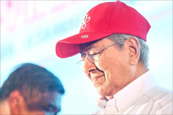 九十二歲的馬來西亞前總理馬哈地,盼帶領反對陣營「希望聯盟」拿下執政權。(歐新社)