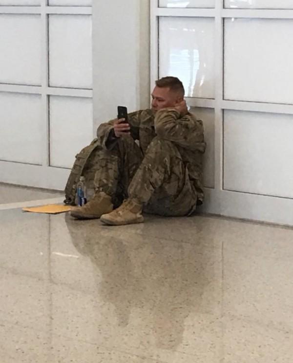 布魯克斯在機場與妻子視訊,見證女兒出生後感動落下男兒淚。(圖擷自「Tracy Dover」臉書)