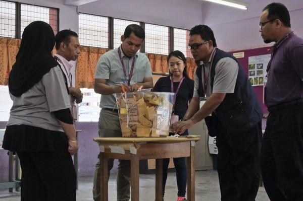 馬來西亞今(9)日舉行獨立後第14次國會下議院暨州議會大選,投票日狀況連連。(美聯社)