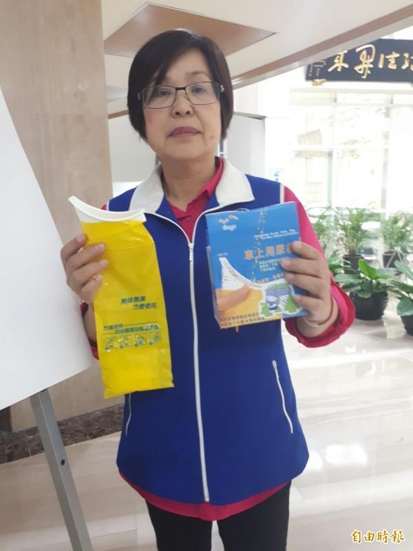 議員劉茂群出示司機員手提袋的尿袋,呼籲桃捷公司要重視員工生理問題。(記者謝武雄攝)