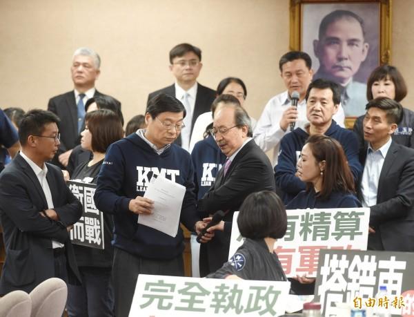 立法院國防委員會9日審查法案,藍、綠委員發生衝突。(記者方賓照攝)