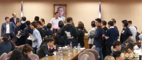 立法院國防委員會9日審查法案,一早國民黨委員排隊準備登記發言。(記者方賓照攝)