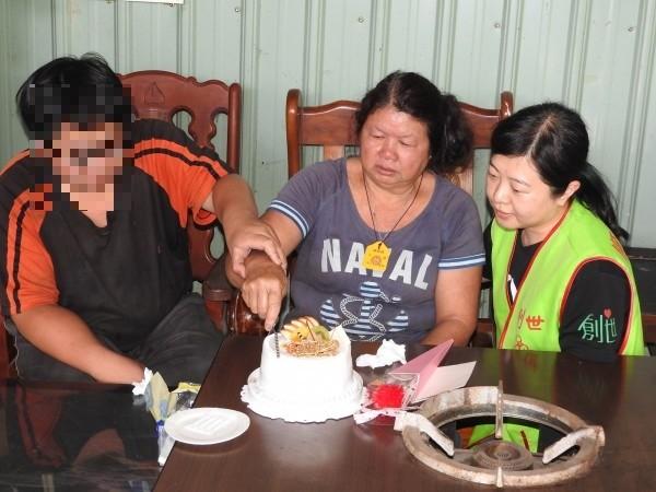 在志工陪伴下,阿蘭(中)提前歡度人生第一個母親節。(記者佟振國攝)