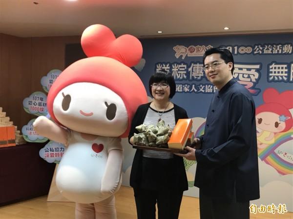 中華道家人文協會捐贈粽子、蛋糕,由社會局長張錦麗(左)代表接受,透過實物銀行轉送給弱勢家庭。(記者何玉華攝)