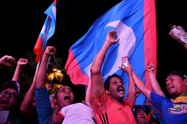 馬哈地的支持者慶祝大選勝利。(路透)