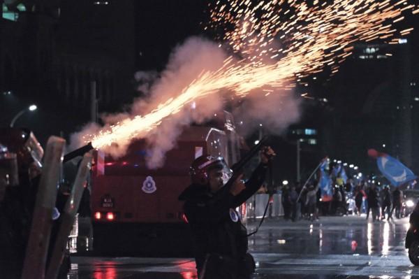 馬來西亞希望聯盟今日凌晨陸續傳來獲勝消息,支持者過於興奮,燃放爆竹慶祝,警方發射催淚彈驅趕民眾。(美聯社)