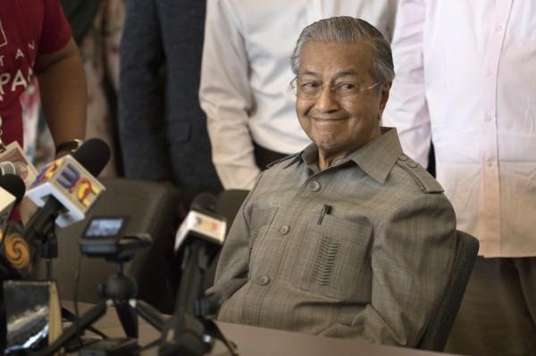 馬國大選結束,高齡92歲的馬哈地贏得勝利,成為準首相,原預計在今(10)日天黑前宣誓就職,但王宮卻對外說,今天不會舉辦就職典職。(美聯社)
