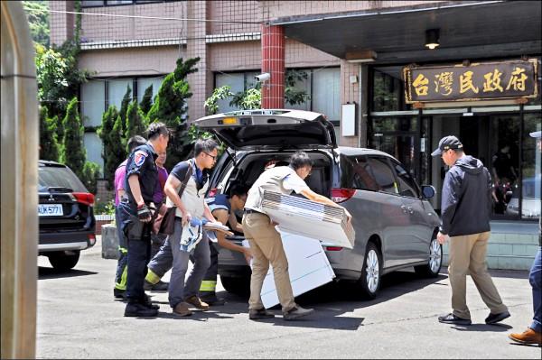 檢調搜索台灣民政府中央會館,並帶來紙箱裝資料等證物。(記者周敏鴻攝)