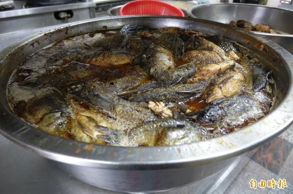彰化線西源泉活海鮮餐廳招牌菜滷鯽魚、深受歡迎。(記者劉曉欣攝)
