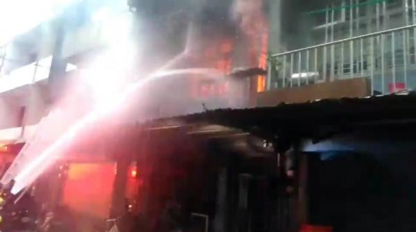 羅東鎮民意街一間2層樓透天厝,今天清晨發生大火,消防人員射水灌救。(記者江志雄翻攝)