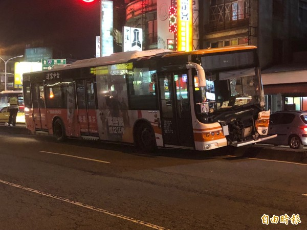 台中客運901路公車騎上北屯路分隔島,還撞斷路燈,車頭毀損。(記者許國楨攝)