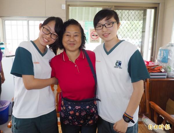 剛考上軍校的連琳(左)和簡嬿真(左)跟莊媽媽撒嬌。(記者陳鳳麗攝)