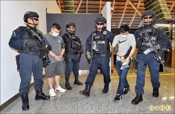 竹聯幫走私槍械嫌犯廖緯蒼(左二)、曾孟瀚(右二)押返,刑事局罕見的派遣除暴特勤隊員前往機場押解。(記者劉信德攝)