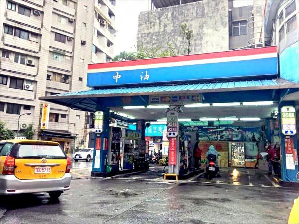 國際油價上漲,經濟部將啟動緩漲機制,預計13日(週日)公布的油價即可適用,95無鉛汽油估升破30元。(資料照)