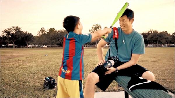 紀錄片《後勁:王建民》昨於洛杉磯亞太影展舉行全球首映,片中有建仔逗趣的一面。(WYC影視提供)