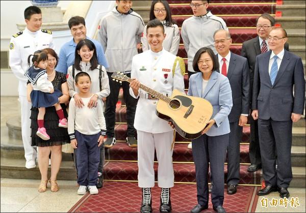 總統蔡英文10日接見在「 世界儀隊錦標賽」中表現優異的海軍儀隊上兵蘇祈麟,並贈送吉他一把給愛唱歌的蘇祈麟。(記者張嘉明攝)