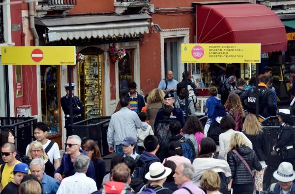 威尼斯當局預計未來三年內禁止開設新的外賣食品店,全面取締外帶食物,並禁止遊客在街上用餐,盼能改善城市環境。(法新社)