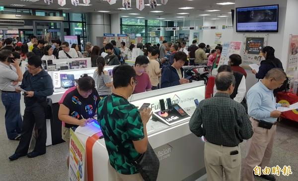 中華電信499方案引爆排隊申辦人潮,門市員工忙到不可開交,台南市部分門市員工竟然從早上8點上班到隔天凌晨1點。(資料照,記者劉信德攝)