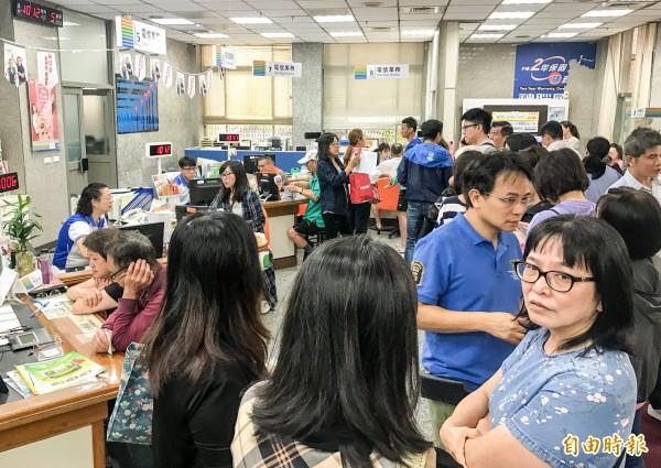 中華電信推出限時7天的499吃到飽優惠方案,造成大批民眾蜂擁至門市辦理,有阿嬤身上吊著點滴,仍不嫌麻煩地到中華電信門市排隊。(記者黃耀徵攝)