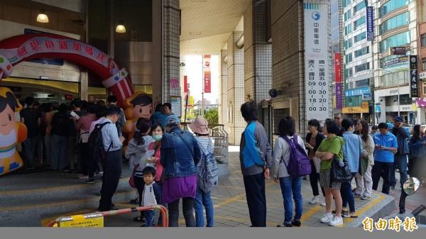中華電信499元4G上網吃到飽限期方案,引發排隊人潮。(記者李容萍攝)