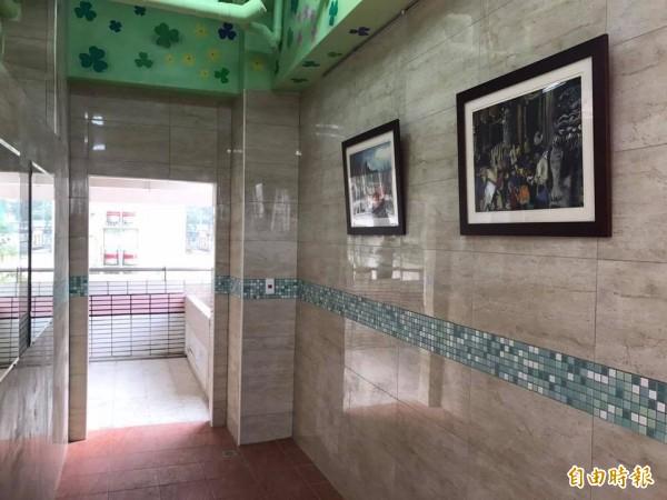 嘉興國中校舍廁所改建後化身五星級廁所。(記者黃佳琳攝)