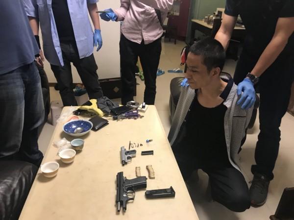 42歲嫌犯趙世傳被警方查獲械彈和毒品。(記者劉慶侯翻攝)