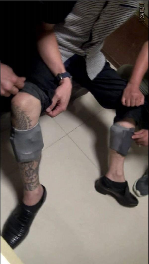 趙嫌用膠帶黏貼於左右小腿上以便藏放槍枝和毒品。(記者劉慶侯翻攝)