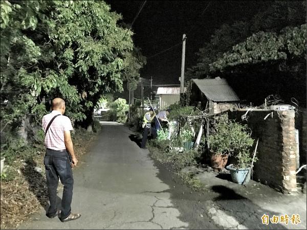 台南市南化區北寮里昨天發生駭人命案,2戶3人氣絕身亡,警方封鎖現場採證。(記者吳俊鋒攝)