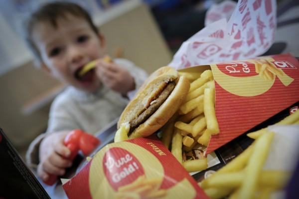 倫敦市長沙迪克汗(Sadiq Khan)為改善倫敦兒童過胖現象,計畫禁止垃圾食物廣告刊登於倫敦大眾運輸系統。(歐新社)