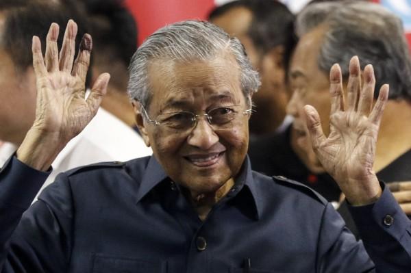 馬來西亞新首相馬哈地為查前首相納吉布關於「一馬發展公司」的收賄醜聞,在剛上任便立刻限制納吉布夫妻離境,並且撤換可能涉案的檢察總長。(歐新社)