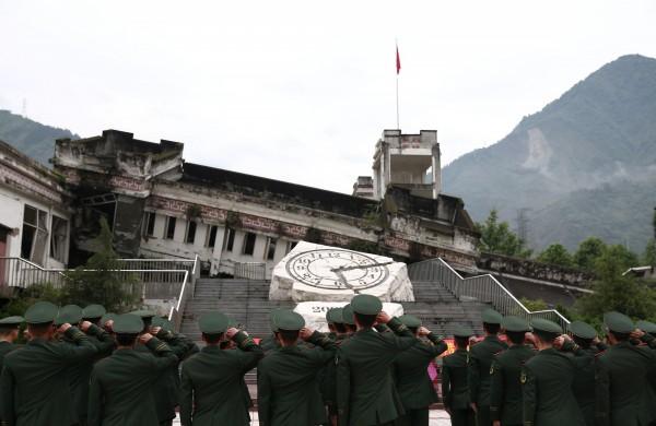 今天(12日)是中國汶川強震10週年,一群家長並未放棄追究「豆腐渣」工程的真相,香港記者採訪時則遭到不明人士毆打。圖為汶川地震紀念館。(路透)