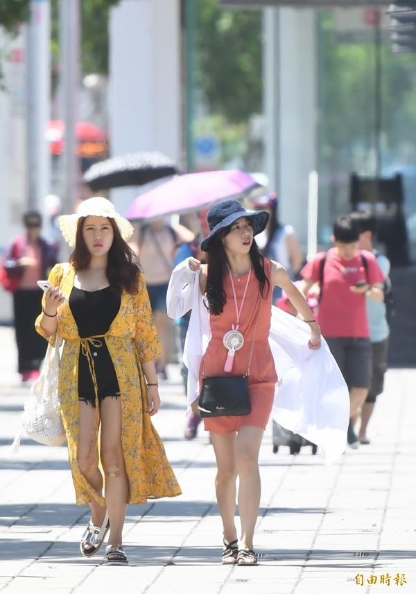 吳德榮表示,明起西半部高溫約為35度,下週四、五更有可能飆出36度高溫,有如盛夏。(資料照)