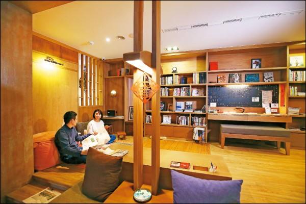 2樓的公共起居室鋪設了木地板,讓房客可以或坐或躺,輕鬆自在地閱讀或放空。(記者潘自強/攝影)