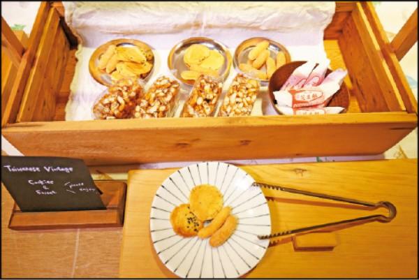 沙其馬、花生酥、棗枝、小煎餅等具古早味的點心,讓來自世界各地的旅人可以體驗濃厚的台味,泡壺茶、配上幾塊零嘴,享受另類的午後時光。(記者潘自強/攝影)